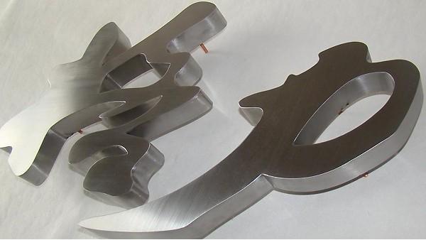 金属标识标牌除了铝合金还有哪种材质?